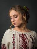 Belle jeune femme sérieuse en broderie ukrainienne photographie stock