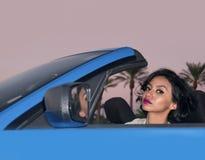 Belle jeune femme s'asseyant dans la voiture image stock