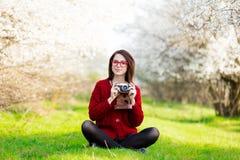 Belle jeune femme s'asseyant devant le tre de floraison merveilleux Images stock