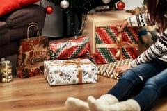 Belle jeune femme s'asseyant sur le plancher en bois près du groupe de chri photo libre de droits