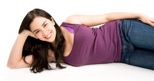 Belle jeune femme se couchant et détendant image libre de droits