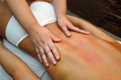 Belle jeune femme se couchant tandis que le thérapeute de massage est MAS Photo libre de droits