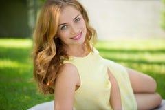 Belle jeune femme se situant en parc photos libres de droits