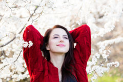 Belle jeune femme se tenant devant le TR de floraison merveilleux Images stock
