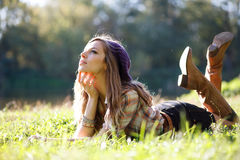 Belle jeune femme se trouvant sur l'herbe photographie stock libre de droits