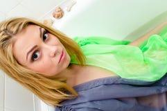 Belle jeune femme sensuelle dans la robe transparente détendant prenant le bain, plan rapproché de portrait Image libre de droits