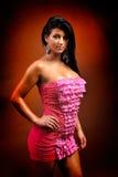 Belle jeune femme sensuelle posant dans la robe courte photos stock