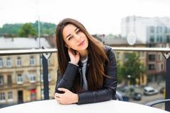 Belle jeune femme seul s'asseyant en café sur une attente de terrasse l'ordre Pause-café après l'achat Belle jeune femme ayant Images stock