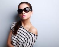 Belle jeune femme sexy dans la pose et les toilettes en verre de soleil de mode photos libres de droits
