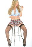 Belle jeune femme sexy portant Mini Skirt Blue Shirt court photos stock