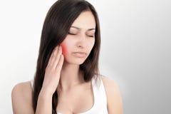 Belle jeune femme souffrant du mal de dents, plan rapproché caresses Douleur dans le traitement de mâchoire du mal de dents image stock