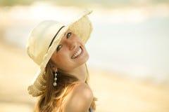 Belle jeune femme souriant sur la plage photos libres de droits