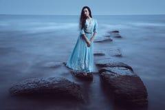 Belle jeune femme sur la mer image stock