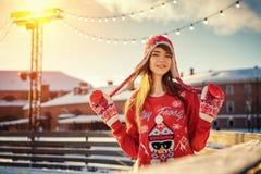 Belle jeune femme sur la patinoire, souriant au soleil photo stock