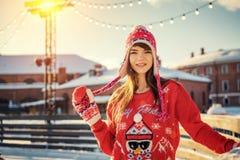 Belle jeune femme sur la patinoire, souriant au soleil photographie stock