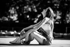 Belle jeune femme sur la voie de kart photos libres de droits
