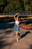 Belle jeune femme sur la voie de kart photo libre de droits