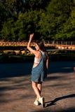 Belle jeune femme sur la voie de kart photo stock