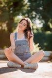 Belle jeune femme sur la voie de kart image libre de droits
