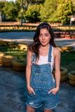 Belle jeune femme sur la voie de kart photographie stock libre de droits