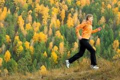 Belle jeune femme sur le dessus de montagne Photographie stock libre de droits
