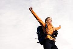 Belle jeune femme sur le dessus de montagne Photo stock