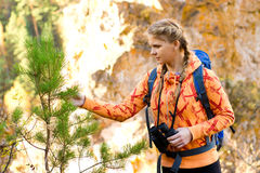 Belle jeune femme sur le dessus de montagne Photos stock