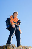Belle jeune femme sur le dessus de montagne Image libre de droits