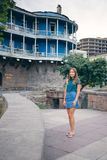 Belle jeune femme sur le pont de la paix vieille ville de ville à Tbilisi, la Géorgie Photos stock