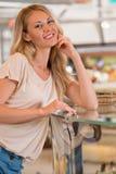 Belle jeune femme tenant l'étalage proche de supermarché images libres de droits