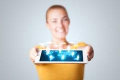 Belle femme tenant le comprimé moderne avec les icônes sociales Photographie stock libre de droits
