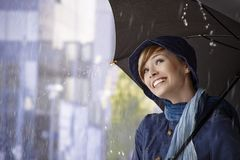 Belle jeune femme tenant le parapluie image stock
