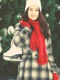 Belle jeune femme tenant le patin de glace photos libres de droits