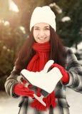 Belle jeune femme tenant le patin de glace images libres de droits