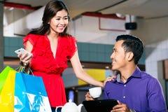 Belle jeune femme tenant trois sacs en papier de achat Image stock