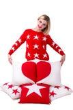 Belle jeune femme tenant un oreiller avec le coeur Oreillers pour le décor Images libres de droits