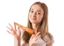 Belle jeune femme tenant une carotte dans les mains photographie stock