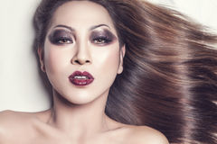 Belle jeune femme thaïlandaise avec de longs cheveux droits élégants photos stock