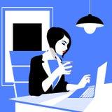 Belle jeune femme travaillant avec l'ordinateur portable dans son bureau Photo libre de droits