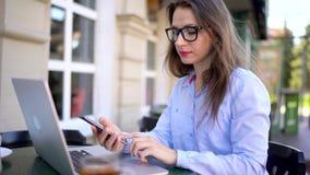 Belle jeune femme travaillant dans un café dehors clips vidéos