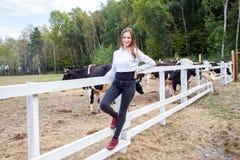 Belle jeune fille adulte posant sous la ferme de lait Photo libre de droits