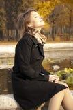 Belle jeune fille appréciant le soleil d'automne Photographie stock