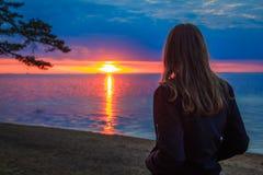 Belle jeune fille au coucher du soleil à la mer photos libres de droits