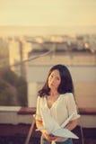 Belle jeune fille au toit avec la grue de papier d'origami dans des mains photos libres de droits