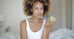 Belle jeune fille avec Apple photographie stock libre de droits