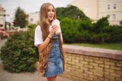 Belle jeune fille avec de longs cheveux photographie stock