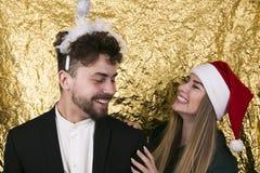 Belle jeune fille avec de longs cheveux blonds dans un chapeau a de Santa Claus Image stock