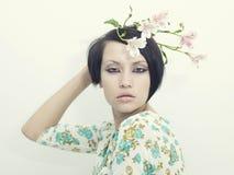 Belle jeune fille avec des fleurs Photo libre de droits