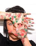 Belle jeune fille avec des mains peintes image stock