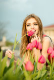 Belle jeune fille avec des tulipes Photo stock